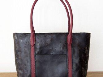 ヌメ・牛革製 / オリジナル柄のパンチング/レザートートバッグ/ 黒とワインレッドの画像