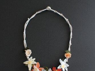 上級カラーオレンジxグレーのお花のネックレス*ボタン留めの画像
