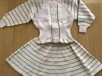 手編みの春色セーターとスカートの画像
