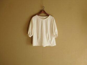 ふんわり袖のリネンブラウス オフホワイトの画像
