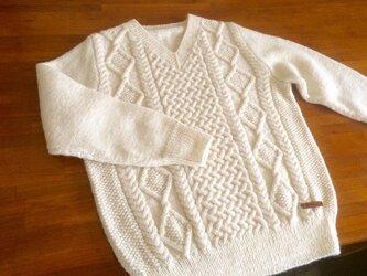 ケーブル編みのVネックセーターの画像