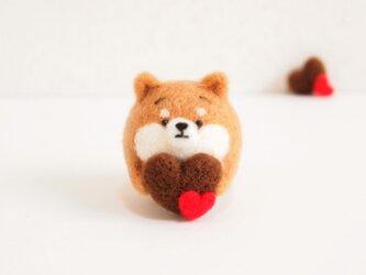 ハートチョコを持つまゆ柴犬 羊毛フェルト【受注製作】の画像