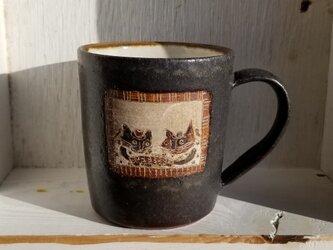 ドア付窓ぎわのネコ2匹(さかな)マグカップの画像