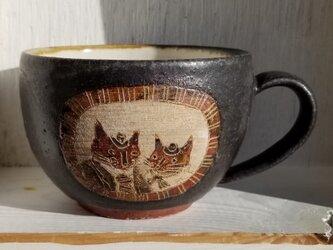 ドア付窓にネコ(夫婦)丸カップの画像