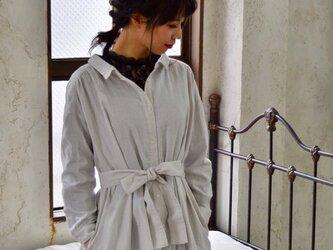 【受注生産】立体裁断で魅せる、こだわり抜いたバックタックデザインシャツワンピース(ふわふわダブルガーゼ・ペールグレー)の画像