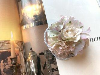 淡いピンクローズのコサージュの画像