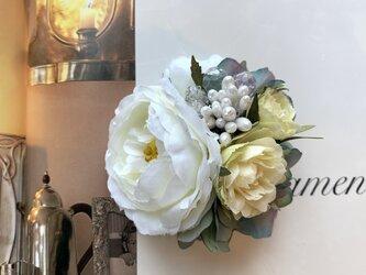 カップ咲きホワイトローズのコサージュの画像
