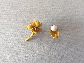 布花とコットンパールのイヤリングの画像