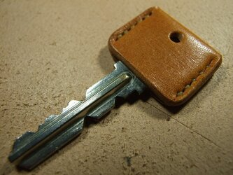 茶色のキーカバー ベージュステッチの画像