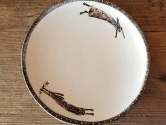 皿(お花を持ったウサギ)の画像