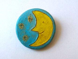 月 粘土ブローチの画像