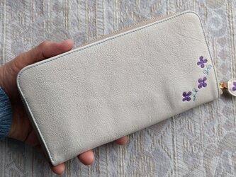 刺繍革財布『hana*hana』ラウンドファスナー型(ヤギ革)オフホワイト×パープルの画像