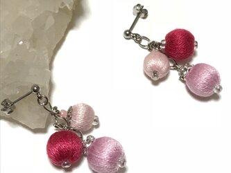 華やかピンク系 巻き玉を連ねたボリューミーなピアス ポストタイプの画像
