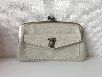 やわらか白レザーの、外ポッケがついた本革ぺたんこ親子がま長財布の画像