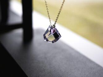 薄紫硝子のファセットカットのネックレスの画像