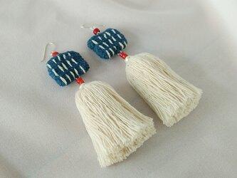 ちくちく手織り布とタッセルのピアス / カレンシルバー / ガラスビーズ / 草木染めコットンの画像