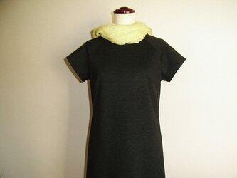 ラグラン袖の綿ニットシンプルワンピース(チャコールグレー)の画像