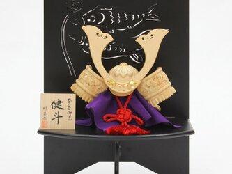 ひのき木彫り兜 健斗 2点セット(兜、透かし彫り衝立)の画像