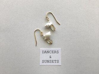 シトリン 貝 ピアス〈Tiny Dancers: VOICE FROM SHELLS〉の画像