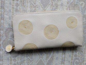 刺繍革財布『ぐるぐる』オフホワイト×キイロ(牛革)ラウンドファスナー型の画像