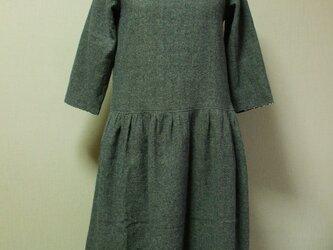 綿麻素材丸衿7分丈袖のワンピース Mサイズ 紺色 リバティタナローンヨシエ 受注生産の画像