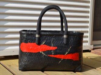 一閑張りバック・買い物籠・笹の入り黒和紙に赤の画像