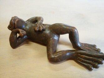 陶人形 カエル ごろ寝の画像