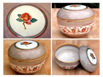 赤い椿の陶箱の画像