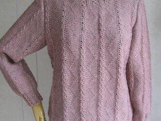 グレイッシュピンクのセーターの画像