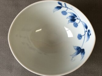 染付野の草花シリーズ だ円鉢 サネカズラ(真葛)の画像