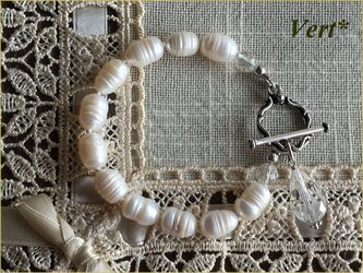 ドロップガラスポイント使いホワイト縞入り大粒ライス淡水パールグリフィンブレスレットの画像