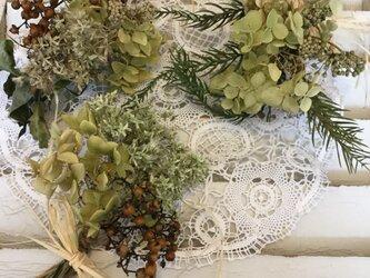ナチュラルグリーン系アナベルと野の花ドライフラワースワッグ3個セットの画像