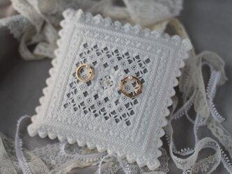 糸の彫刻エーデルワイスのリングピロー(グレイッシュカラー)の画像