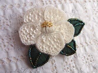 白椿のブローチの画像