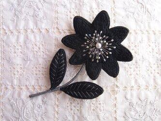 一輪のお花のブローチ  くろの画像