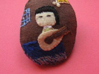 リュートを調弦する女の子<布ブローチ(刺繍ブローチ)>の画像