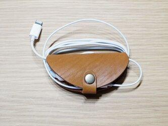 iPhoneやスマホ、携帯ラジオ、ウオークマンに オイルヌメ革 手作りイヤホンホルダー キャメル系ブラウン【受注生産】の画像
