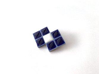 タイルのリボンブローチ(紺)の画像