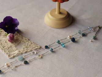 大人可愛いブルーのネックレスの画像