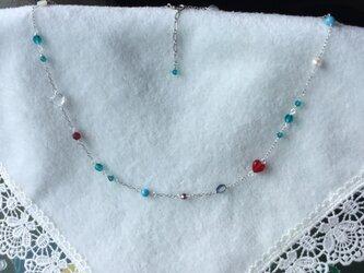 キラキラビーズ(ブルー)の銀鎖のネックレスの画像