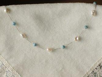艶やかなケシパールと水色チェコビーズのネックレスの画像