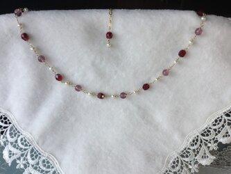 赤いチェコビーズとパールのネックレスの画像