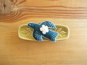 鳥さんブローチ ブルーグリーン、お花ベージュの画像