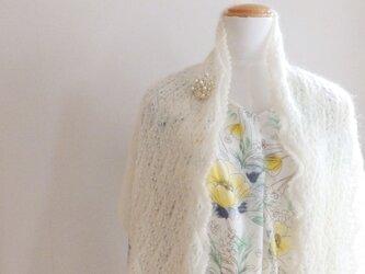 真っ白なキッドモヘアのストール・ブローチ付きの画像