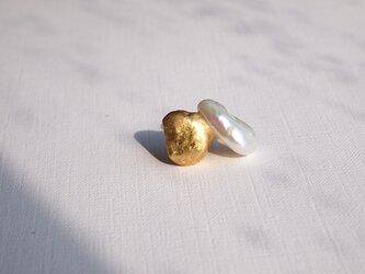 金箔とダブルパールのスタッドピアス<方耳用>/Gold&Whiteの画像