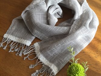 グレーのリネンコットン手織りストールの画像