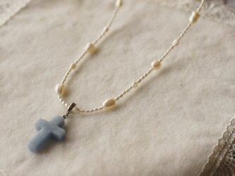 ブルーのクロスの淡水真珠ロングネックレスの画像