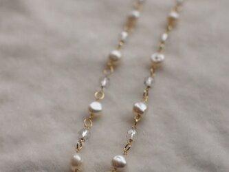 淡水真珠とチェコビーズの金鎖のネックレスの画像