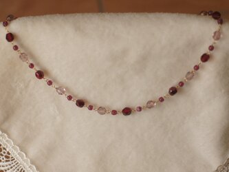 赤いビーズを集めたネックレス(金鎖)の画像