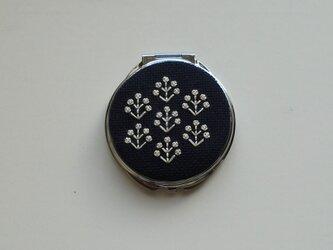 【再販】フラワー刺繍のコンパクトミラー(ネイビー・フラワー)の画像